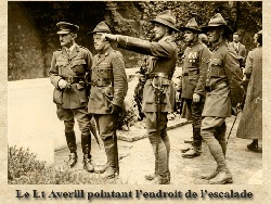Le Lt Averill pointant l'endroit de l'escalade - JPEG